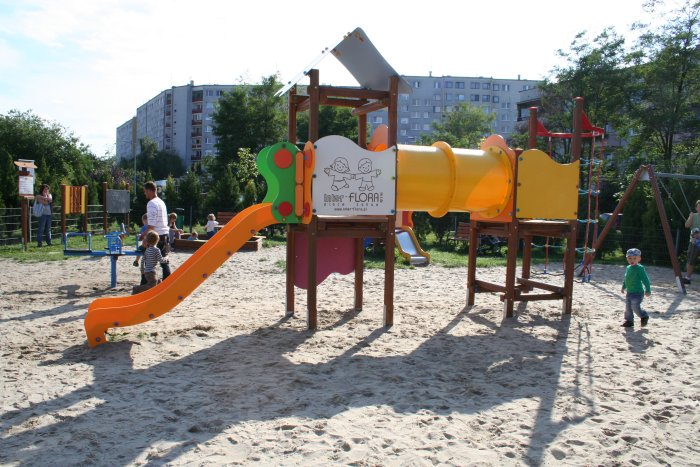 Plac zabaw Muchobór Mały we Wrocławiu, ul. Szkocka; Zestaw zabawowy dla starszych dzieci.