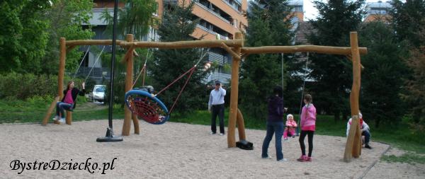 Huśtawki - Plac zabaw dla dzieci we Wrocławiu w Parku Klecińskim