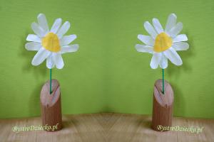Kwiaty z bibuły wykonane przez przedszkolaki jako prace plastyczne dla dzieci