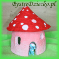 Domek dla figurek z papier mache, czyli masy papierowej, wykonany w ramach domowego recyklingu papieru w czasie zajęć plastycznych dla dzieci