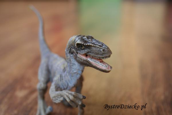 Zabawki dla dzieci przedstawiające figurki dinozaurów