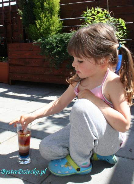 Eksperymenty dla dzieci z zakresu fizyki - poznajemy gęstość za pośrednictwem wieży gęstości stworzonej z cieczy o różnej gęstości