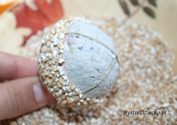 Zajęcia plastyczne dla dzieci - wykonanie bombek choinkowych z kaszy