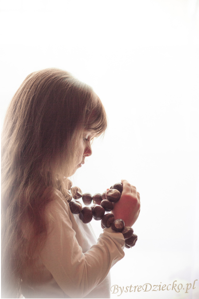 Kasztany jako biżuteria handmade - zabawy plastyczne dla dzieci z darów natury jesienią