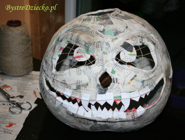Homemade Halloween decorations - paper mache pumpkin crafts for kids