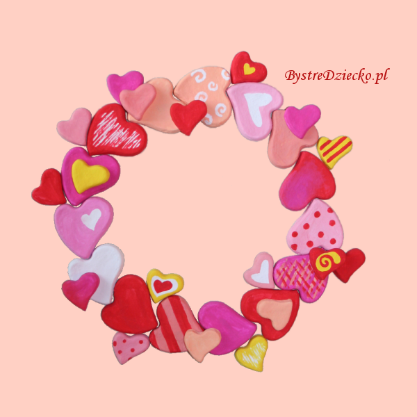 Serce na Walentynki - wianek na drzwi z masy solnej wykonany w ramach prac plastycznych dla dzieci