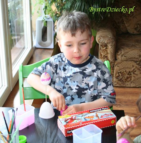 Pisanki wielkanocne z wydmuszek malowane farbami plakatowymi w ramach zajęć plastycznych dla dzieci