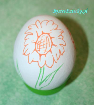 Pisanki wielkanocne z wydmuszek z motywem kwiatów rysowane kredkami i mazakami w ramach zajęć plastycznych dla dzieci