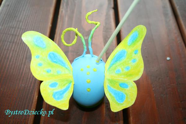 Pisanki wielkanocne z wydmuszek jako kolorowe motyle tworzone przez dzieci na warsztatach plastycznych