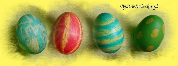 Barwione pisanki wielkanocne z wzorkiem z kredek świecowych przygotowane przez dzieci