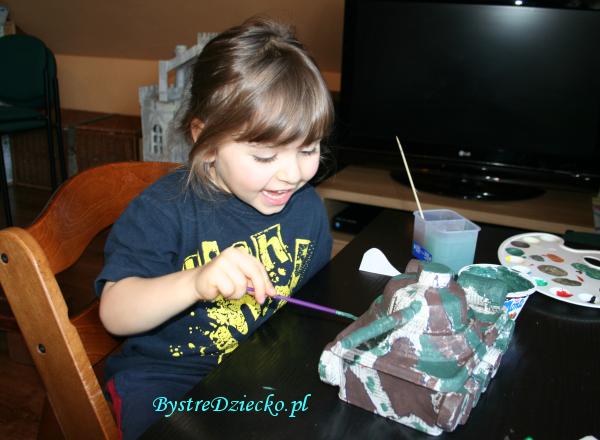 Czołg z pudełek jako prezent dla chłopca lub taty, zabawka wykonana w ramach recyklingu tworzyw sztucznych - zrób to sam, inaczej upcycling