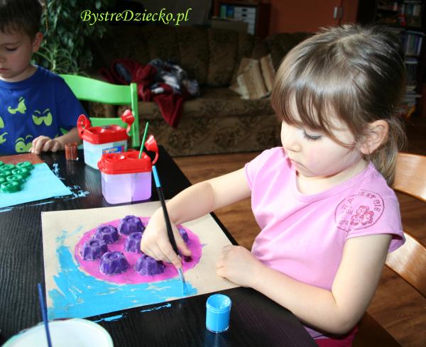 Wytłaczanki do jaj w roli bombki ręcznie malowanej
