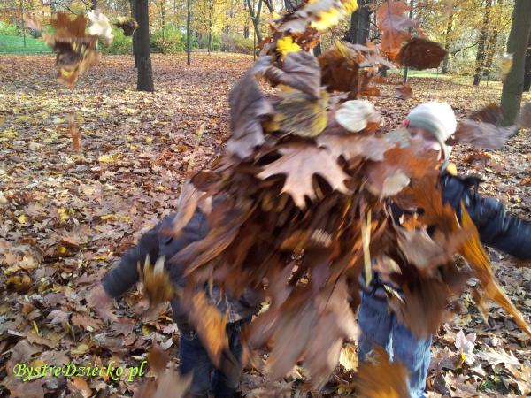 Zabawy ruchowe dla dzieci w parku jesienią