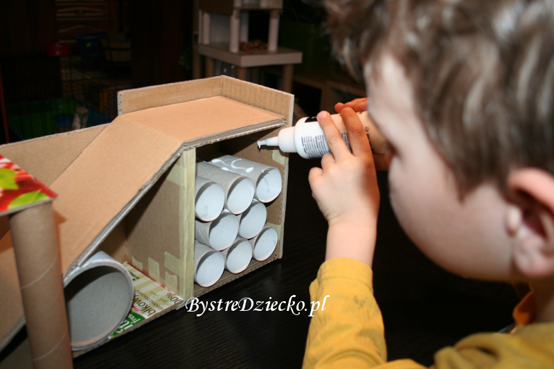 DIY toy garage made from toilet paper rolls and cardboard boxes - toilet paper roll crafts for kidsi